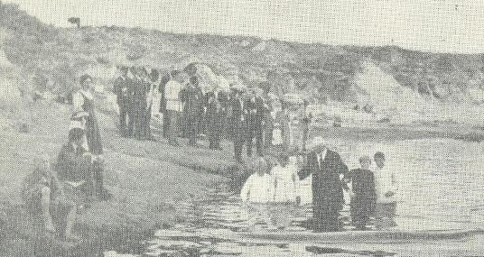 Pastor JW Westphal bautizando a varias personas en Entre Ríos, Argentina